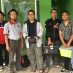 Eka Maulana bersama mahasiswa Teknik Elektro UB merakit Plasma Ozon dalam bentuk chamber